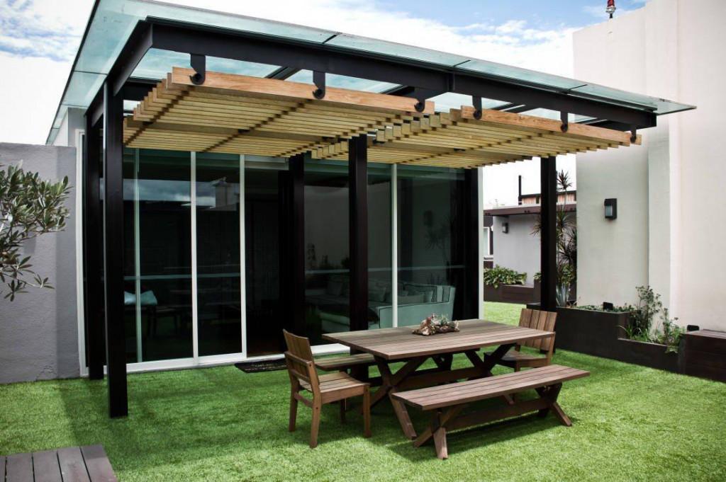 Một thiết kế mái gỗ kết hợp kính cường lực được thiết kế trên sân thượng của ngôi nhà hiện đại