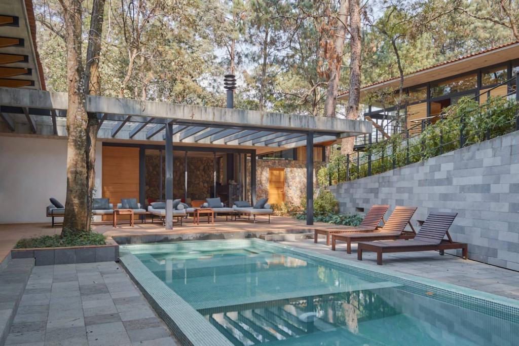 Một mái che pergola bê tông nhìn ra bể bơi sẽ là điểm nhấn ấn tượng cho ngôi nhà bạn