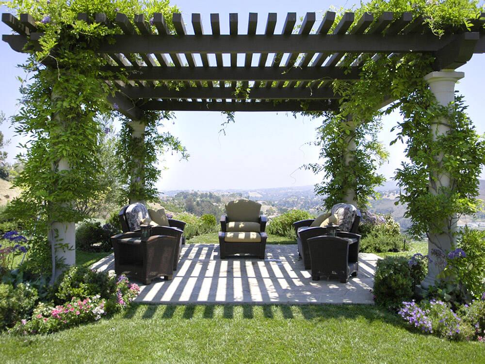 Với mái che pergola ở ngoài vườn, bạn có thể trồng thêm các cây dây leo và cây xanh để tạo bóng râm và không gian thoải mái, trong lành