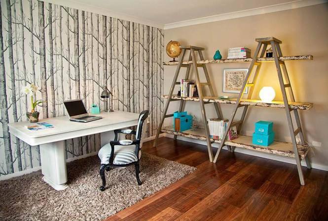 Thay vì phải đặt các kệ tủ văn phòng chiếm quá nhiều diện tích, trong phòng làm việc này gia chủ tận dụng hai chiếc thang chữ V đấu vào nhau, kê các bảng gỗ lớn song song các bậc của hai thang để trưng bày vật dụng, vật phẩm văn phòng trên đó.