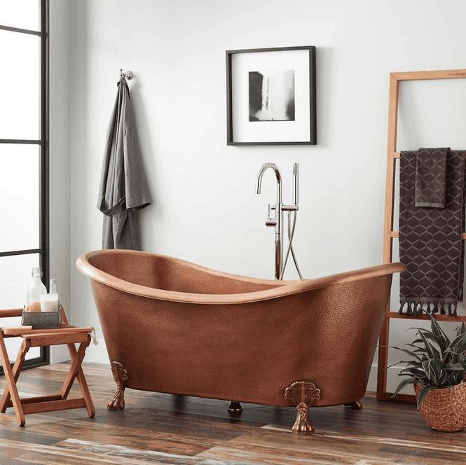 Phòng tắm này không hề có những chiếc tủ, ngăn tủ nào để treo khăn tắm, quần áo. Thay vào đó, một khung thang nhỏ được thiết kế đơn giản để mắc các vật dụng này một cách tiện lợi, gọn gàng. Kiểu thang này cũng khá hòa hợp với các ghế hay sàn phòng tắm bằng gỗ.