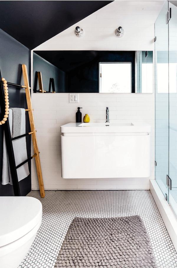 Để hài hòa cùng phòng tắm với hai tông màu đen trắng đối lập, chiếc thang này cũng được sơn thành làm hai màu đen trắng, dựa vào tường để làm giá đựng khăn tắm.