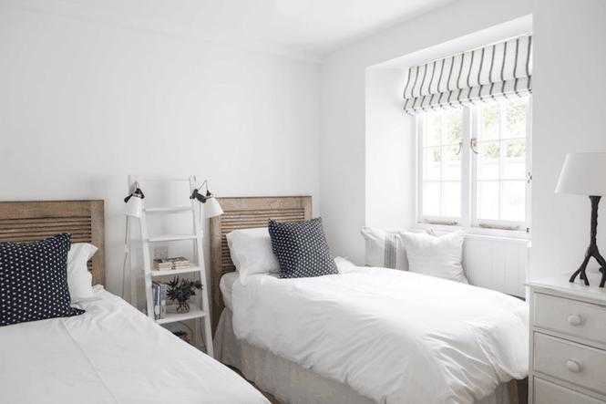 Không riêng gì phòng tắm, phòng khách, phòng ngủ cũng có thể tích hợp các kiểu thang tiện dụng này. Thang cao tầm 1,5m dùng làm giá treo đèn ngủ cũng như đặt để vài cuốn sách.