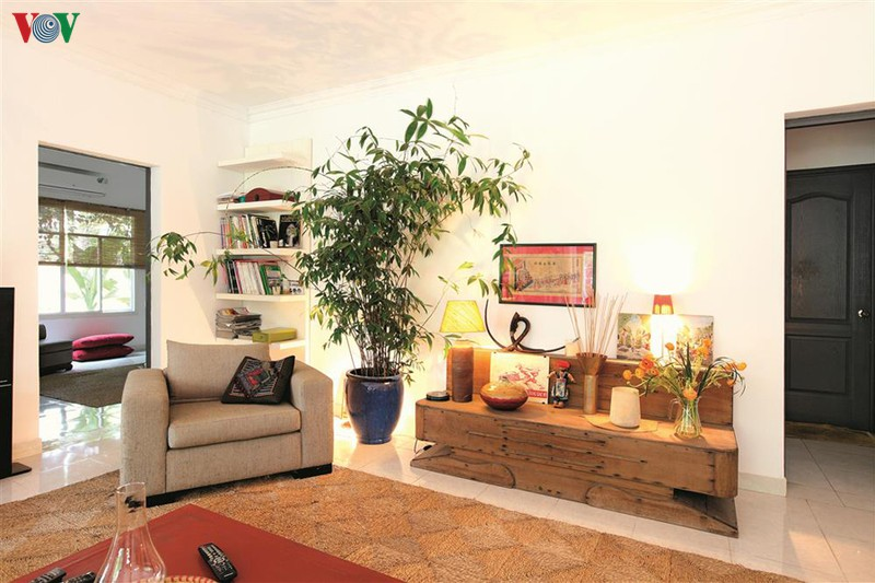Kiến trúc của công trình mang dáng vẻ hiện đại, còn nội thất được chủ nhân đầu tư thiết kế và trang trí theo phong cách nhiệt đới.