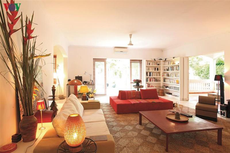 Trung tâm của ngôi nhà là một phòng khách lớn, kết nối với nhiều không gian khác. Bộ bàn ghế được mua từ Bali – Indonesia, cùng các vật dụng trang trí là đồ lưu niệm handmade của Việt Nam tạo nên nét riêng cho nội thất.