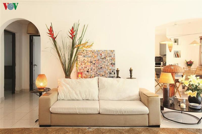 Sofa bọc vải, chiếc đèn chụp tre, lọ hoa… giản dị nhưng quyến rũ.
