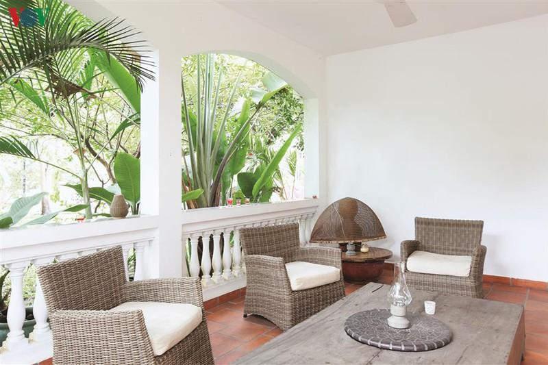 Khoảng hiên kế bên không gian xanh của khu vườn. Sự sắp xếp trang trí khéo léo tạo nên sự thân thiện và hiếu khách.