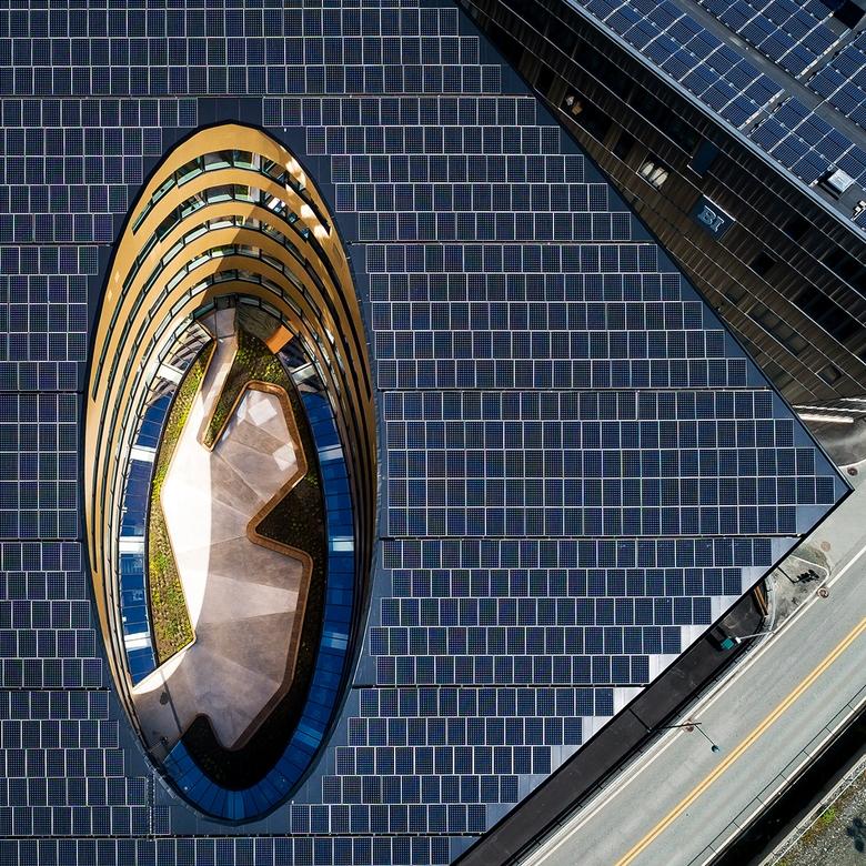 Để tạo ra năng lượng, mái nhà và phần trên của mặt tiền được bao phủ bởi các tấm pin mặt trời 3.000m2, sản xuất khoảng 500.000 kWh điện mỗi năm, nhiều hơn gấp đôi so với nhu cầu của tòa nhà.