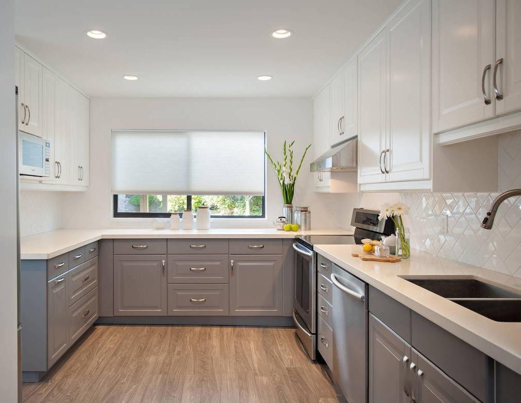 Lựa chọn cách phối màu đơn giản: Một phòng bếp nhỏ với tông màu trung tính sẽ tạo cảm giác nhẹ nhàng và thoáng mát. Gạch ốp tường hoa văn màu trắng, mặt bếp đá cẩm thạch với tủ màu xanh xám kết hợp thành bảng màu sắc nét, phản chiếu ánh sáng xung quanh và làm cho không gian dường như rộng rãi hơn. Ảnh: Pinterest.