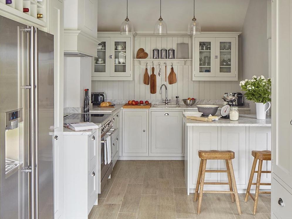 Sơn tủ bếp cùng màu với tường: Bạn có thể tạo ảo giác về không gian rộng hơn cho căn bếp kích thước khiêm tốn bằng cách sơn những chiếc tủ cùng màu với tường. Cách này thực sự hiệu quả với tông màu trắng hoặc xám, tạo ra không gian trông gọn gàng và rộng rãi với các vật dụng như hòa vào các bức tường. Ảnh: David Parmiter.