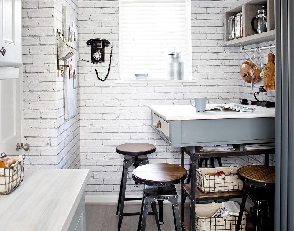 Tận dụng đảo bếp như một chiếc bàn: Đảo bếp có vẻ là ý tưởng tệ đối với bếp có diện tích nhỏ. Tuy nhiên, trong phòng bếp dài và hẹp, đảo bếp là cách hoàn hảo để tăng thêm không gian lưu trữ và không gian bề mặt. Thiết kế đảo bếp như trong hình với phần phía dưới vừa có thể để cất đồ dùng và thực phẩm, vừa tạo khoảng trống không gian. Ngoài ra, đảo bếp này còn là bàn ăn, nơi chế biến nguyên liệu, làm bánh, thậm chí là đọc sách. Ảnh: Lizzie Orme.