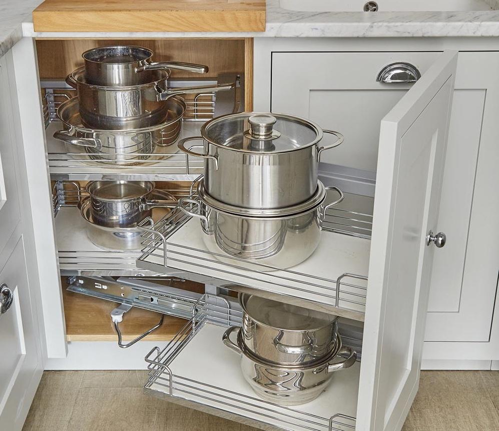 Biến góc chết tủ bếp thành nơi lưu trữ thông minh: Nhà bếp nhỏ đòi hỏi bạn phải tận dụng từng centimet không gian để lưu trữ. Thay vì nhồi nhét tất cả nồi và chảo vào ngăn tủ sâu khiến bạn cảm thấy phiền phức mỗi khi lấy dùng, bạn có thể thiết kế thêm cho góc tủ chết này một giá kéo di động. Giá kéo thông minh vừa giúp tối đa hóa không gian vừa khiến việc tìm kiếm đồ dùng của bạn trở nên thuận tiện, dễ dàng hơn. Ảnh: David Parmiter.