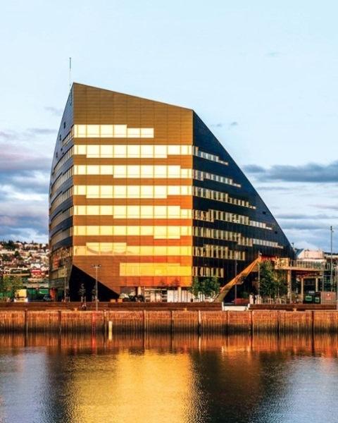 Tòa nhà có diện tích 18.000m2 được thiết kế bởi Công ty Snohetta. Địa điểm của tòa nhà đã được lựa chọn để đảm bảo tiếp xúc tối đa với ánh nắng mặt trời trong suốt cả ngày và các mùa.