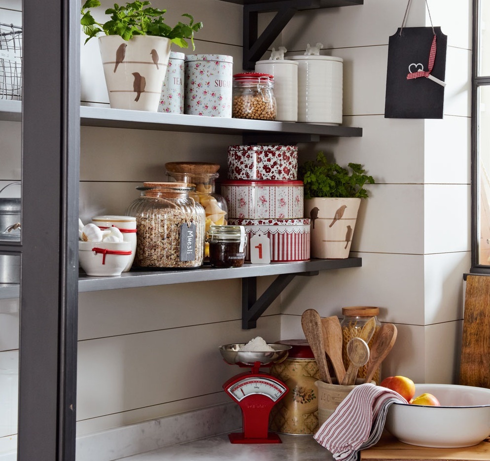 Sử dụng các hộp đựng nhỏ gọn: Các giỏ, hộp đựng gia vị và nguyên liệu nấu ăn đặt trên bệ cửa sổ, kệ hoặc hốc tủ là lựa chọn khác để sắp xếp các thành phần trong nhà bếp một cách ngăn nắp, gọn gàng. Ảnh: Simon Scarboro.