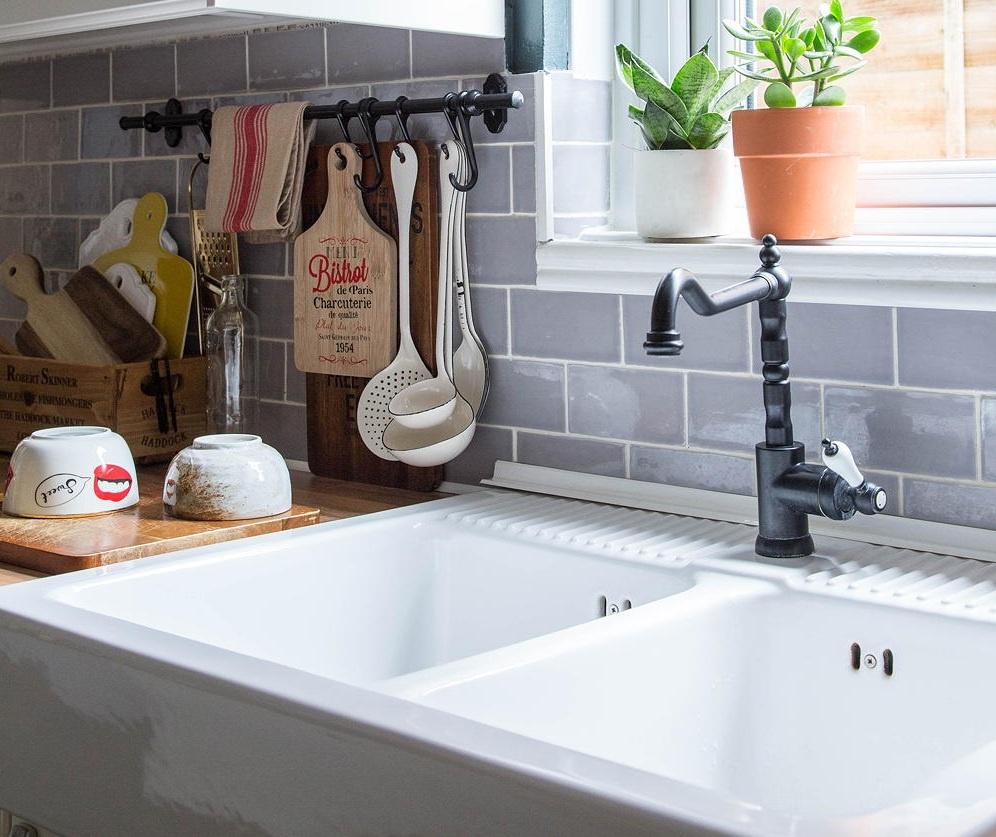 Sử dụng bồn rửa 2 ngăn: Nếu nhà bếp nhỏ không có không gian cho máy rửa bát, bạn nên sử dụng bồn rửa đôi để thuận tiện hơn trong công việc sơ chế thực phẩm và dọn rửa, tránh bị lộn xộn. Ảnh: Georgia Burns.