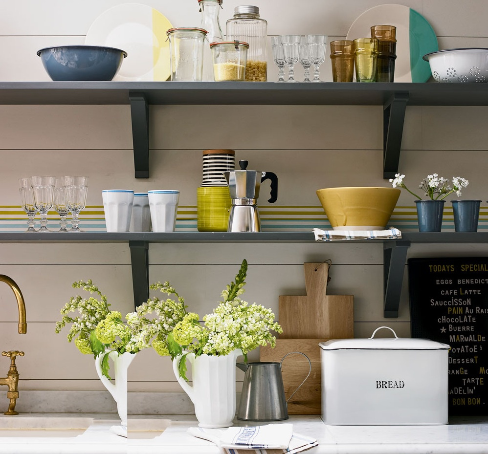 Sử dụng kệ mở: Các kệ mở có thể tạo ra ảnh hưởng đáng kể cho không gian căn bếp nhỏ, tạo cảm giác thông thoáng cho căn phòng. Tuy nhiên, bạn cần giới hạn số lượng kệ và đồ dụng đặt trên đó để giúp người nhìn không bị rối mắt. Ảnh: David Brittain.
