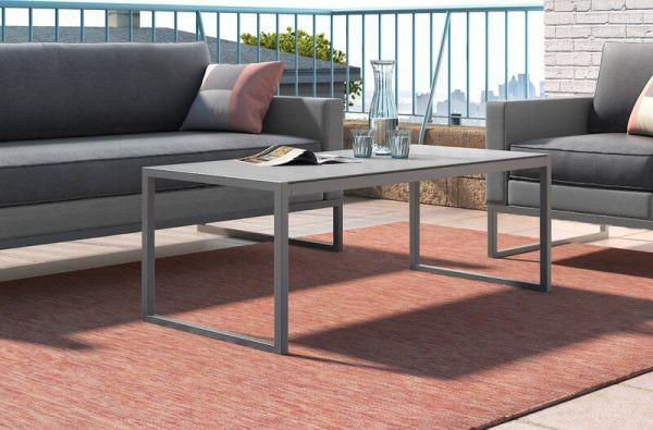 Bàn làm bằng nhôm phù hợp với không gian khu vực ngoài trời. Kiểu dáng bàn đơn giản, chất liệu nhôm dễ làm sạch