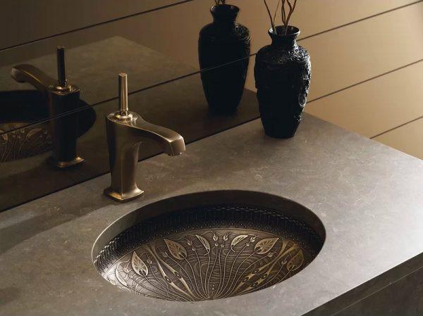Bồn rửa bằng đồng tinh xảo, với các chi tiết trang trí được làm hoàn toàn bằng tay