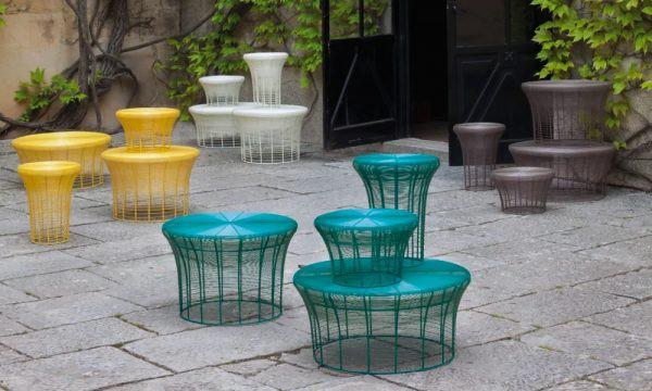 Những chiếc bàn được chế tác tinh xảo với đủ màu sắc sặc sỡ, góp phần làm sinh động khu vườn của bạn