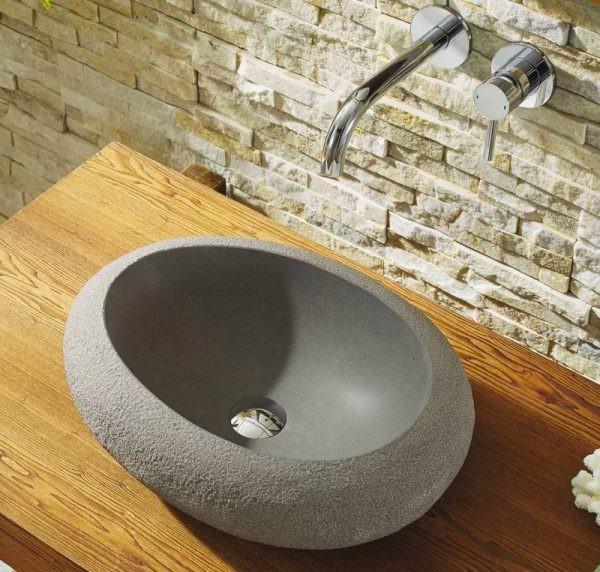 Vẻ bề ngoài thô ráp đối lập với mặt trong nhắn bóng, tạo nên một chiếc bồn rửa ấn tượng