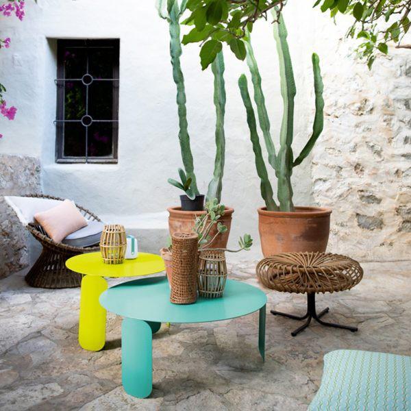 Hai chiếc bàn màu sáng giúp khu vườn cũ trở nên sinh động, bớt xám xịt