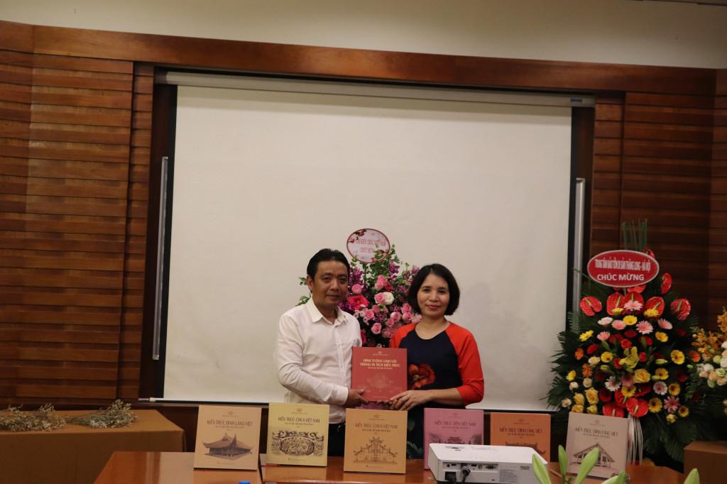 Hoàng Đạo Cương - Viện trưởng Viện Bảo tồn Di tích tặng bộ sách quý cho Tổng biên tập TCKTVN Phạm Thanh Huyền