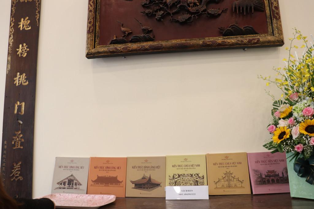 Những ấn phẩm trong bộ sách giới thiệu về đình làng Việt, Hình tượng linh vật trong di tích kiến trúc cũng được trưng bày tại lễ ra mắt