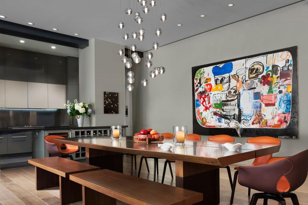 Bức tranh treo tường đấy màu sắc như nguồn năng lượng cho cả không gian phòng ăn