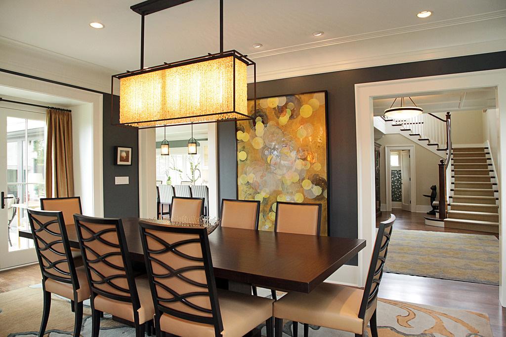 Những bức tranh treo tường có sắc vàng thường mang đến không gian sử dụng năng lượng và sức sống dồi dào