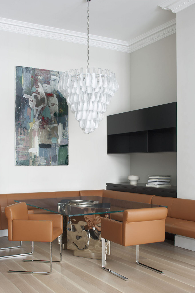 Góc ăn uống của gia đình được làm nổi bật bằng tranh treo tường và đèn trang trí đầy tính nghệ thuật
