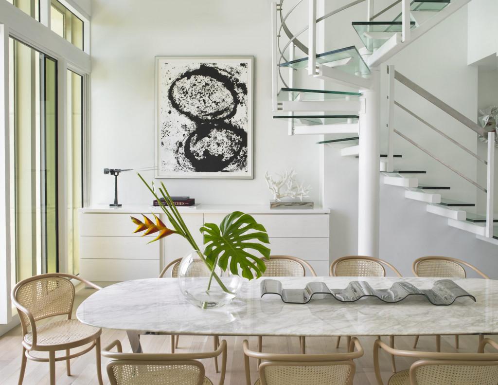 Những bức tranh chẳng phức tạp, nhiều họa tiết cũng có thể nổi bật khi căn phòng ăn của gia đình bạn có sắc trắng đơn điệu