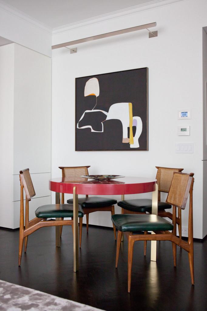 Những mảnh màu đen trắng không hề khiến căn phòng ăn tối đi mà trái lại còn giúp tăng tính lôi cuốn