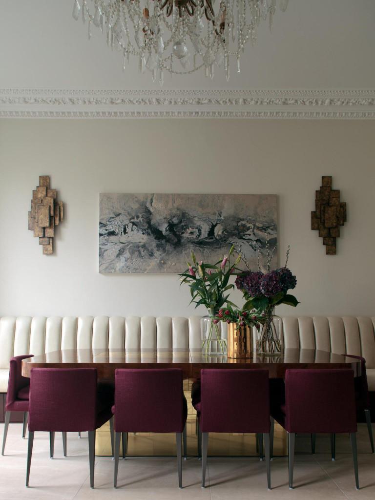 Những bức tranh hình chữ nhật ngang thích hợp đặt theo chiều dài của bộ bàn ăn để tạo cảm giác cân đối