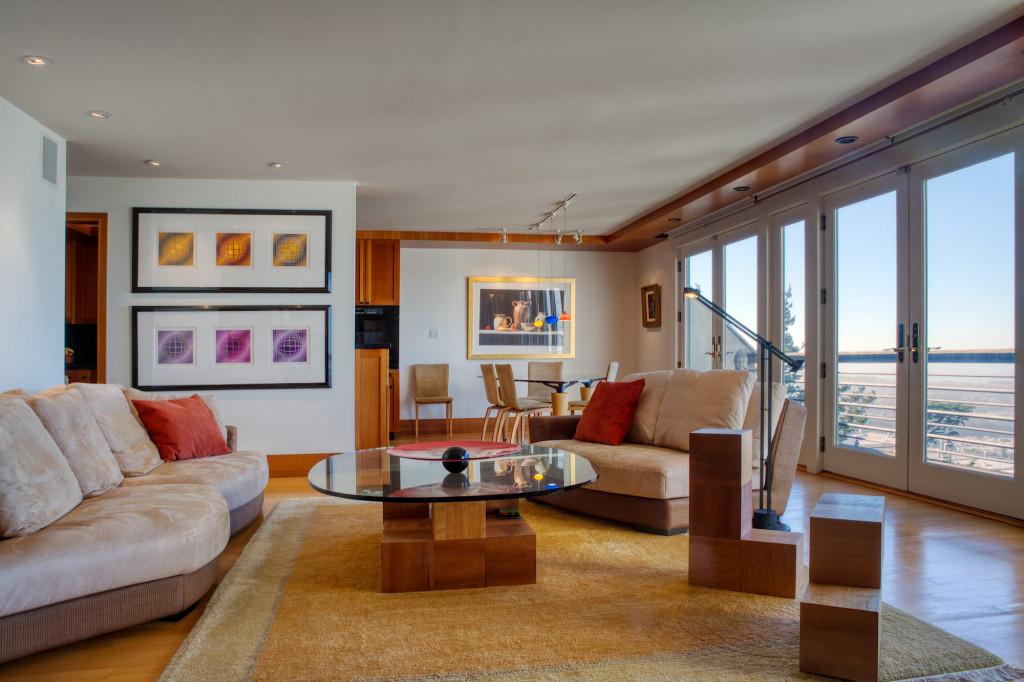 Kiểu bàn trà mặt kính chính là nét hiện đại bổ sung cho không gian đương đại của căn phòng khách