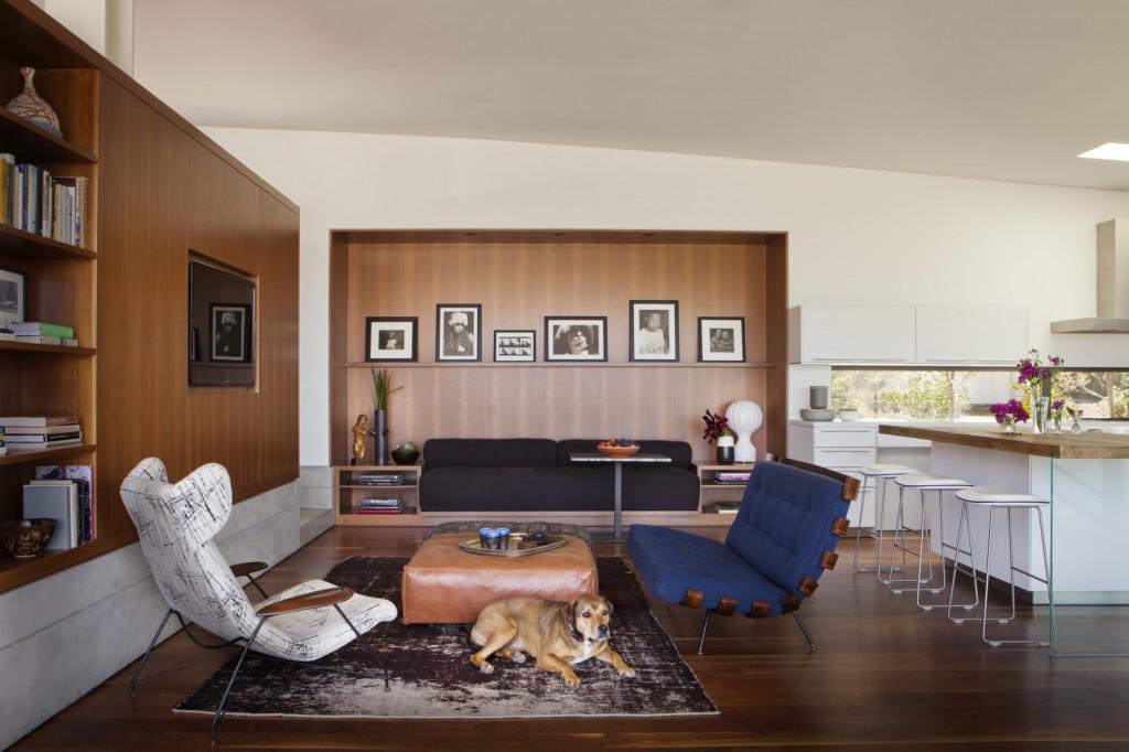Những căn phòng khách đương đại thường có sự xuất hiện của nội thất gỗ tự nhiên, bọc da, chất liệu nhung hay phụ kiện mạ ánh kim