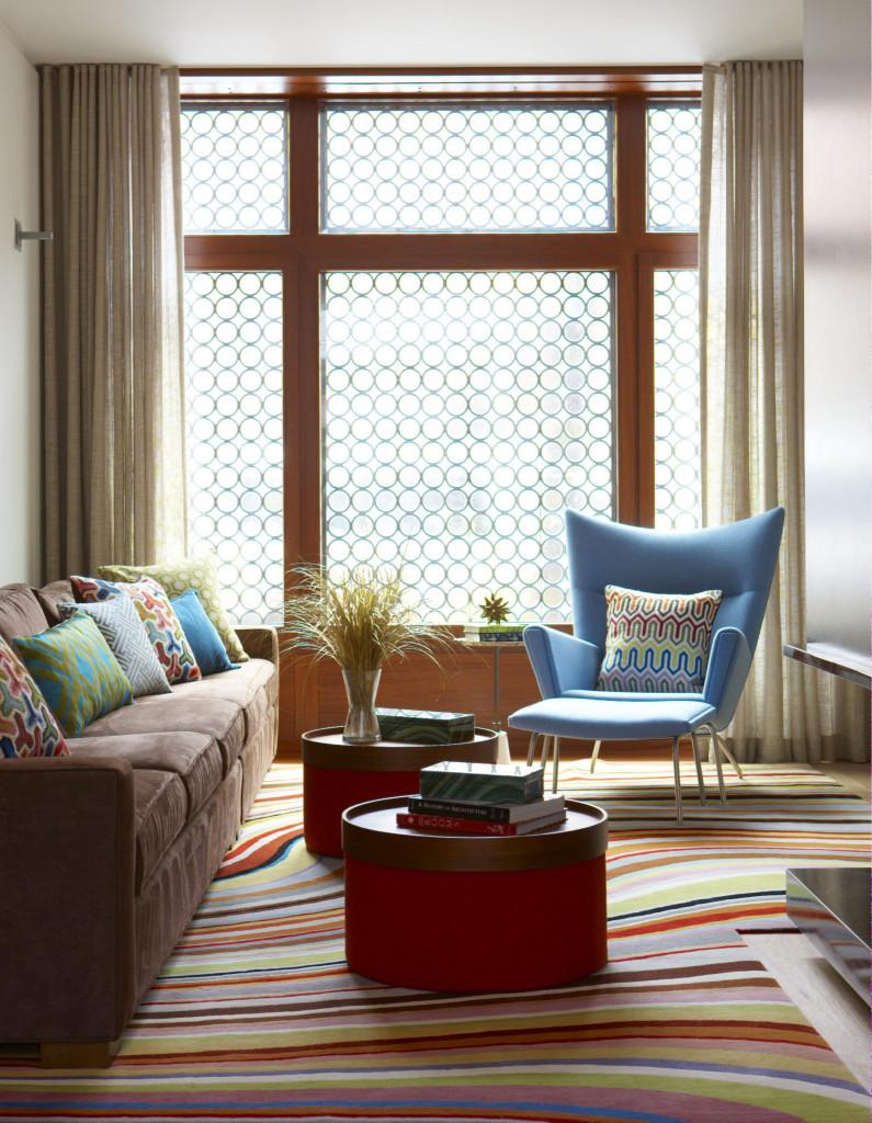 Phong cách đương đại không ngại sử dụng những gam màu đậm sắc, rực rỡ