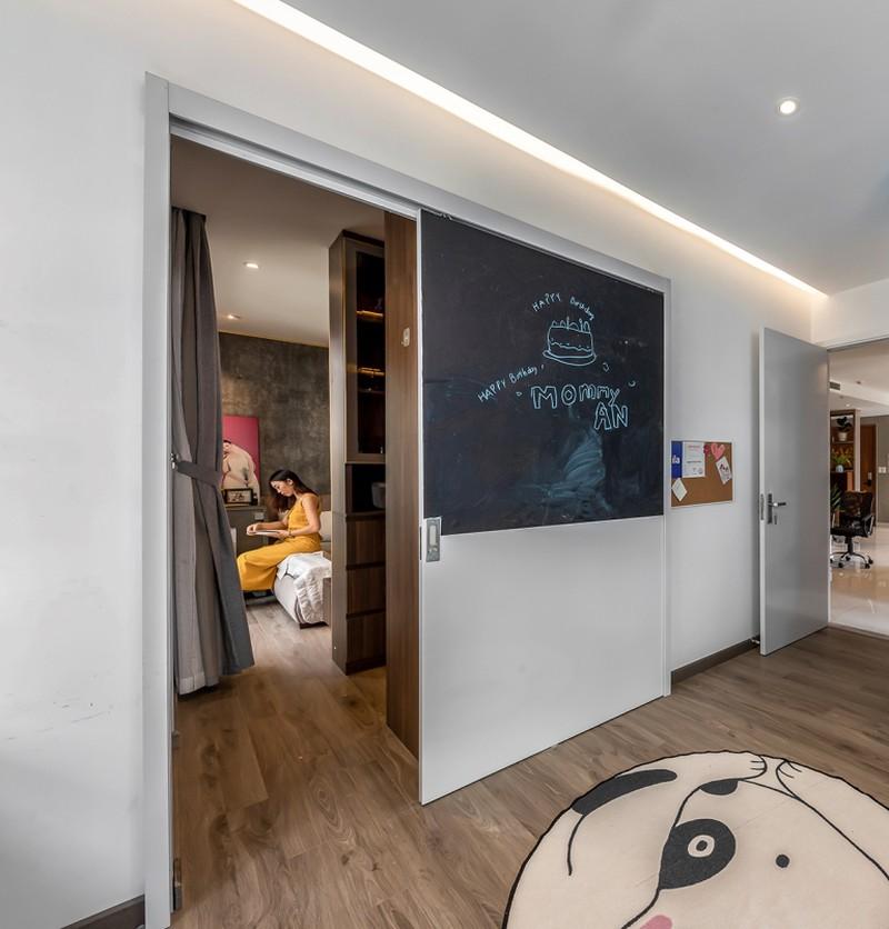 Cánh cửa đóng mở không gian giữa bố mẹ và hai con