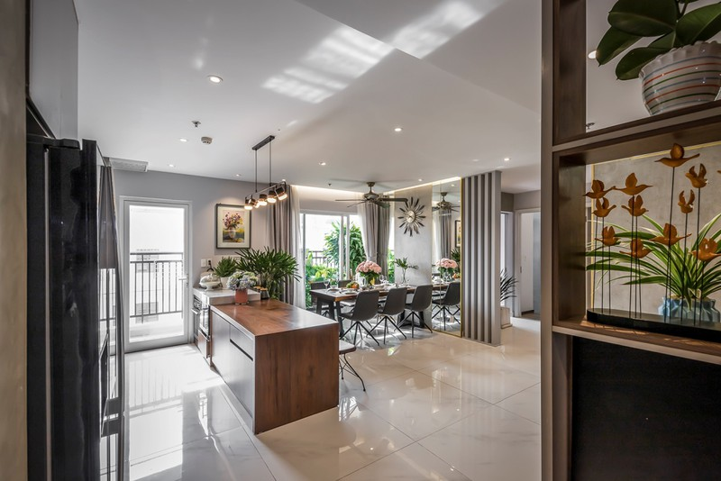 Phòng khách, khu bếp-ăn đều liên thông với nhau trong căn hộ nhỏ chỉ 105 m