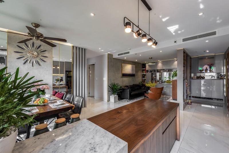 Các không gian này được thiết kế với gam màu sáng, quạt trần, đèn ở quầy ba hay đồng hồ treo tường cũng một phần nào tạo điểm nhấn cho căn hộ