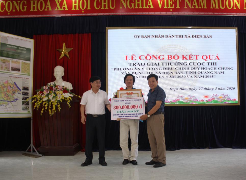 Ông Đặng Hữu Lên-Bí thư Thị ủy và ông Trần Úc-Chủ tịch UBND thị xã Điện Bàn trao giải Nhất cho Viện Quy hoạch đô thị và nông thôn Quảng Nam