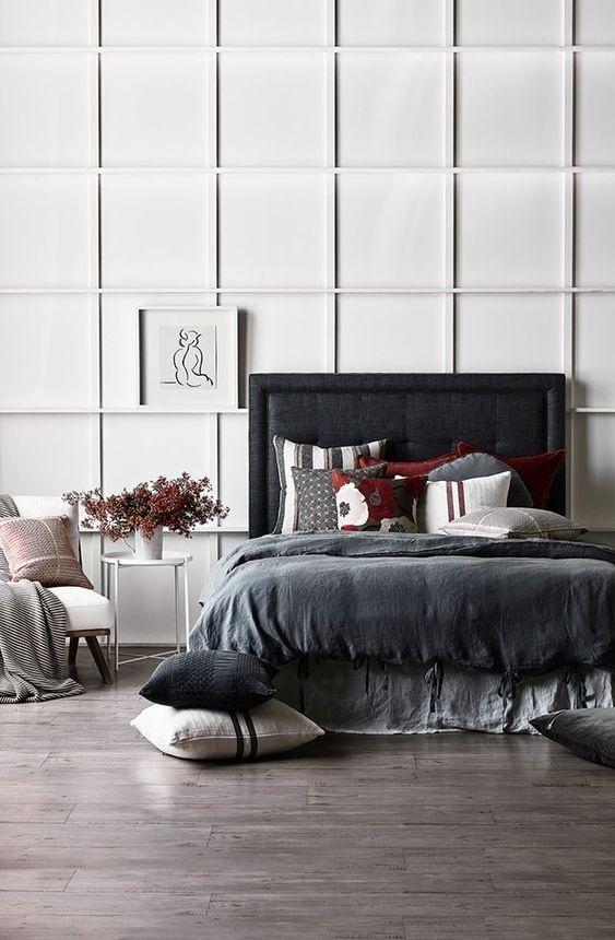 Bức tường hình học màu trắng chính là phông nền hoàn hảo dành cho không gian phòng có nhiều nội thất tối màu