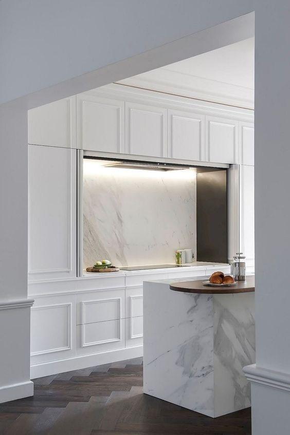 Bức tường với hoạ tiết hình học trở nên tương xứng với nhà bếp thanh lịch với các chi tiết đá cẩm thạch