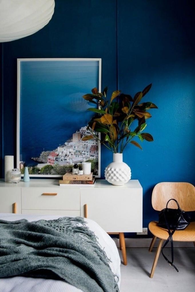 Với bức tranh biển cả và màu tường màu xanh đậm, căn phòng này sẽ khiến bạn cảm thấy như thể đang ở... bên bờ cát trắng và nghe sóng vỗ rì rào