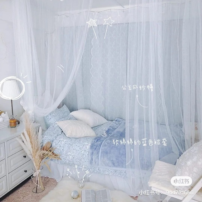 Với sự kết hợp giữa màu xanh và trắng đơn giản trong phòng ngủ, bạn sẽ cảm thấy đầy thư thái - như thể đang ở trên một nơi nghỉ dưỡng nào đó vậy. Đừng quên thêm những phụ kiện xinh xắn để căn phòng thêm đẹp nhé!