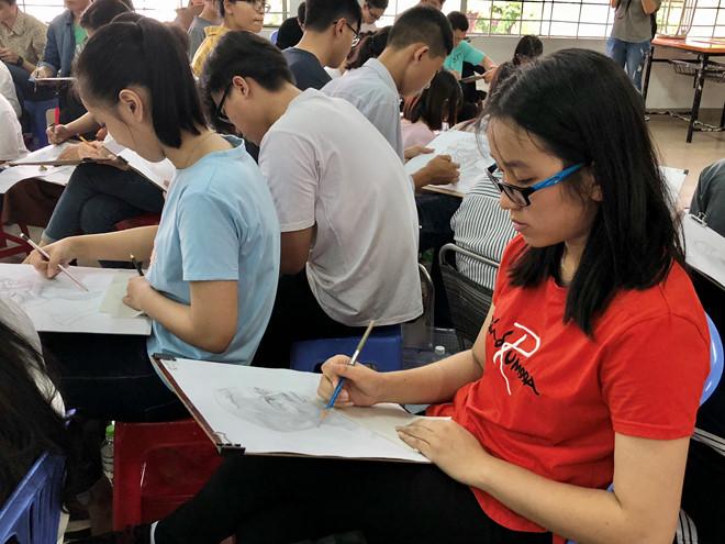 Thí sinh tham dự kỳ thi vẽ tại một trường ĐH
