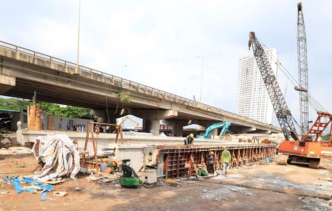 Dự án xây dựng tuyến đường Vành đai 3 đi thấp qua hồ Linh Đàm (quận Hoàng Mai) đã ảnh hưởng đến việc tiêu thoát nước. Ảnh: Đỗ Tâm
