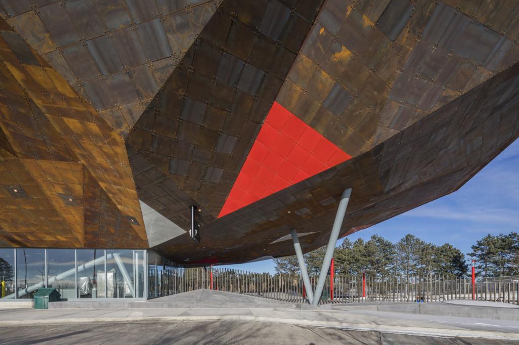 Nhìn một cách hình dung hóa, công trình tựa như một cấu trúc hình lá điêu khắc kéo dài