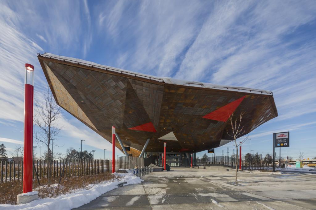 Toàn bộ phần mái trạm tàu được làm bằng thép phong hóa, đối lập về hình dạng và tỷ lệ giữa các mái vòm