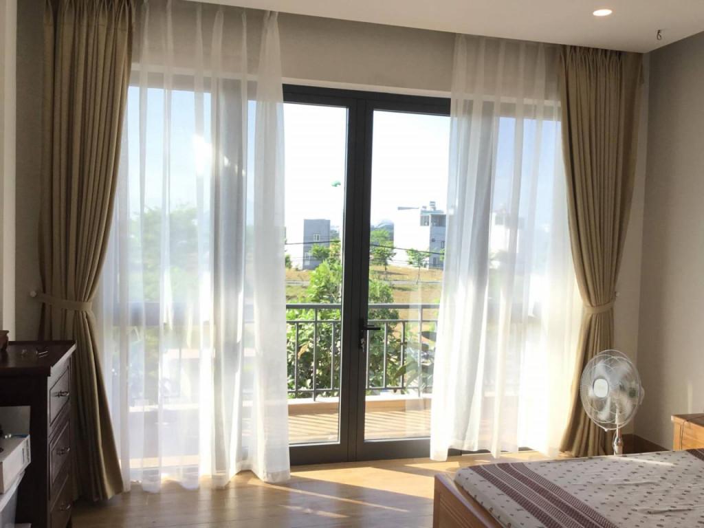 Phòng ngủ với rèm cửa sáng màu sẽ giúp gia chủ có cảm giác khoan khoái mỗi sáng thức dậy