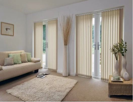 Rèm lá dọc có tông màu kem vàng đồng bộ với nội thất phòng khách vừa đơn giản vừa hiện đại
